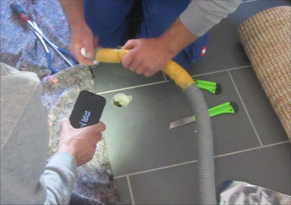 Kontrollöffnung im Fußbodenaufbau zur Schimmelpilzanalyse – I-O-K